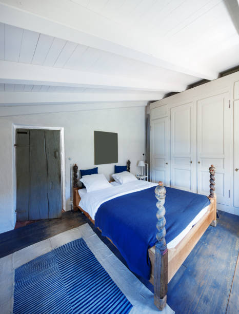 möbliertes haus jahrgang, schlafzimmer - cottage schlafzimmer stock-fotos und bilder