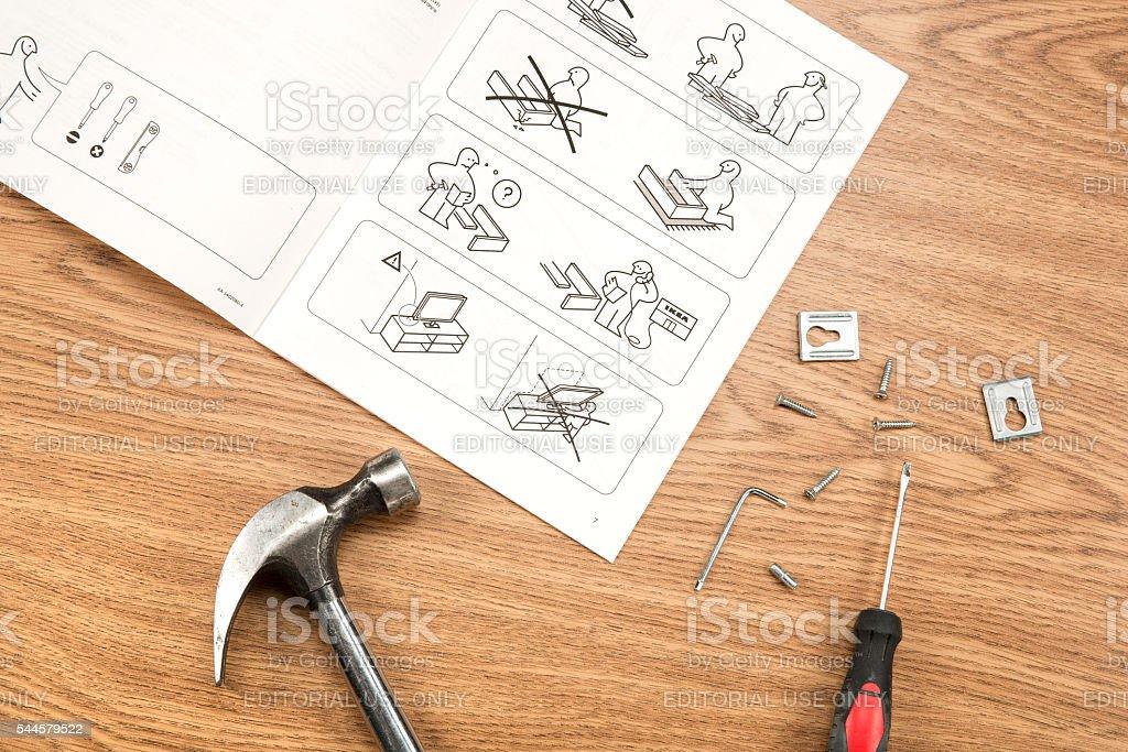 Möbel Von Ikea Montage Mit Anweisungen Und Tools Stock-Fotografie ...