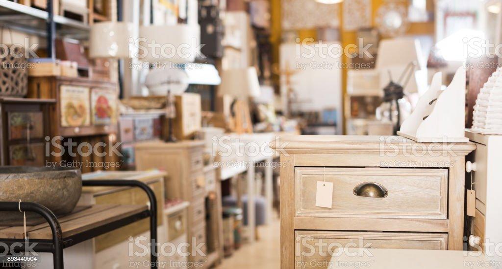 Vender em moderna loja de móveis - foto de acervo
