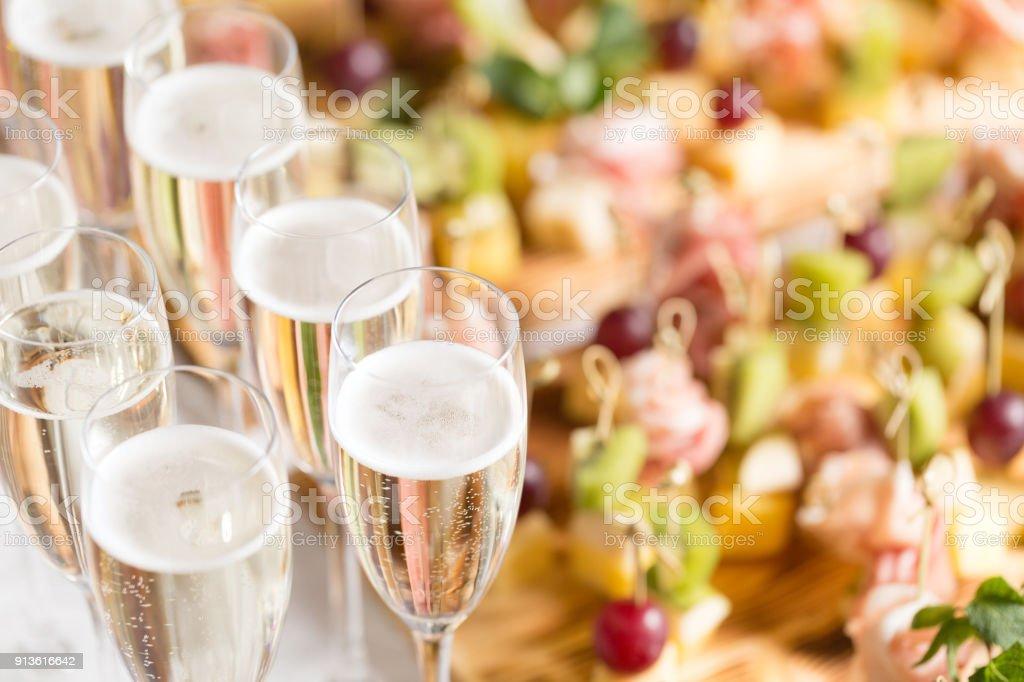 Furshet. Tabelle oben voller Gläser Sekt mit Kanapees und Antipasti im Hintergrund. Champagne bubbles – Foto