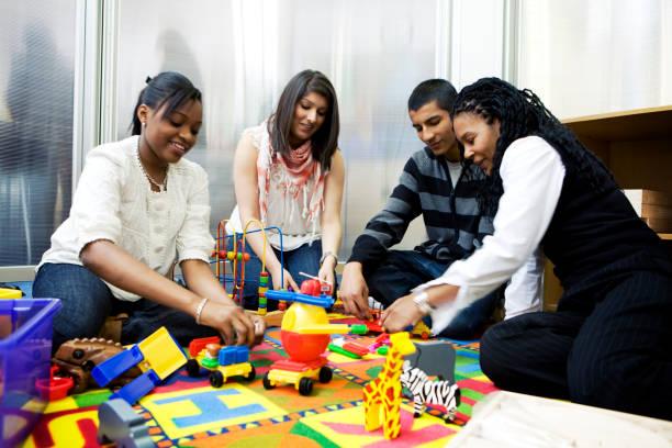 teenage studenten: learning kinderbetreuung - kindergarten workshop stock-fotos und bilder