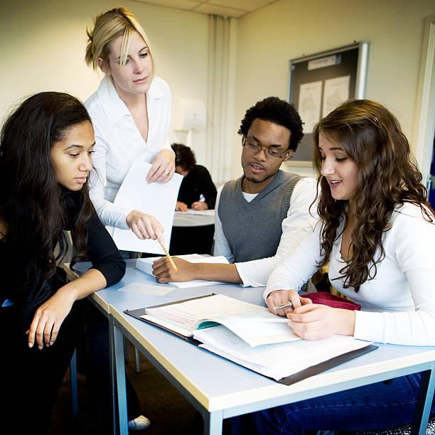 teenage Studenten: Lehrer und Studenten zusammen in class – Foto
