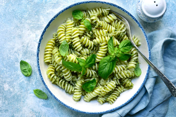 Fusilli Pasta mit Pestosauce in einer weißen Schüssel – Foto