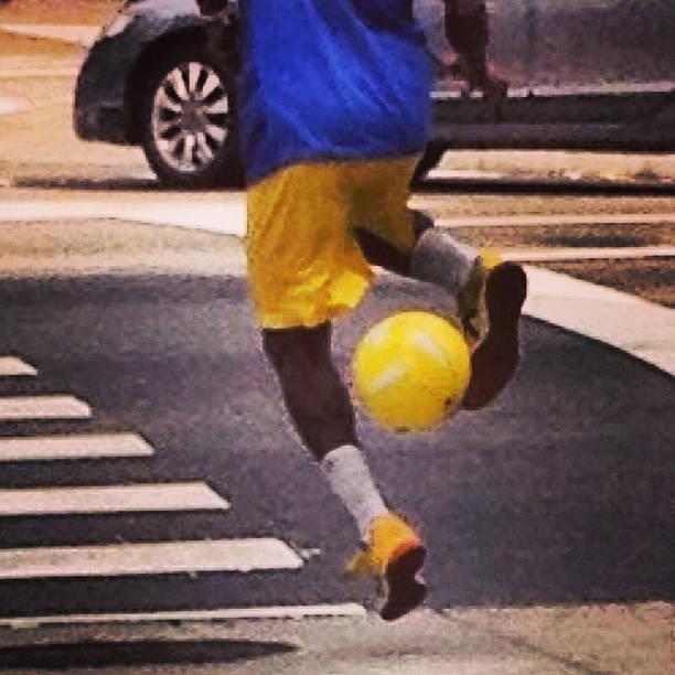Futebol Em época de Copa no Brasil um espetáculo com a bola no meio das ruas de São Paulo futebol stock pictures, royalty-free photos & images