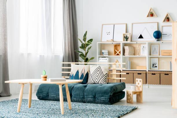futon matratze sofa - mädchenraum vorhänge stock-fotos und bilder