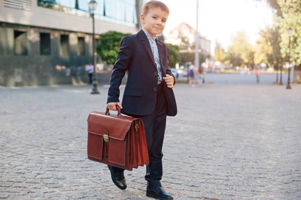 Homme d'affaires futur en costume formel avec mallette - Photo