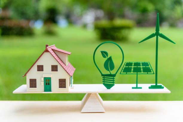 未來清潔/可再生能源或替代能源的現代生活理念: 房子模型, 燈泡與綠葉, 太陽能電池板, 風車上的木材平衡規模, 描繪了環境意識。 - future 個照片及圖片檔