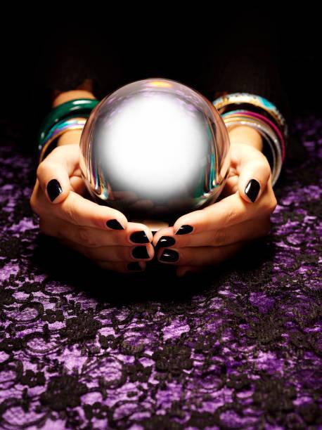 avenir dans une boule de cristal - boule de cristal photos et images de collection