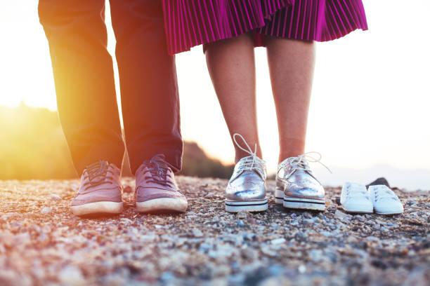 Futur papa et maman pied avec ces petites chaussures pour bébés - Photo
