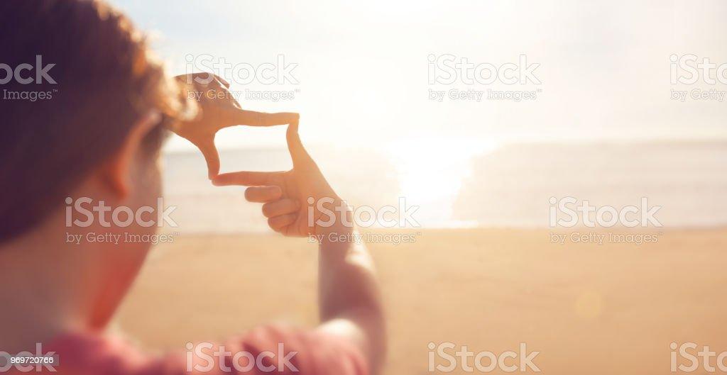 Zukunftsplanung, Hände die Frame-Geste mit Sonnenaufgang am Meer-Sommer – Foto