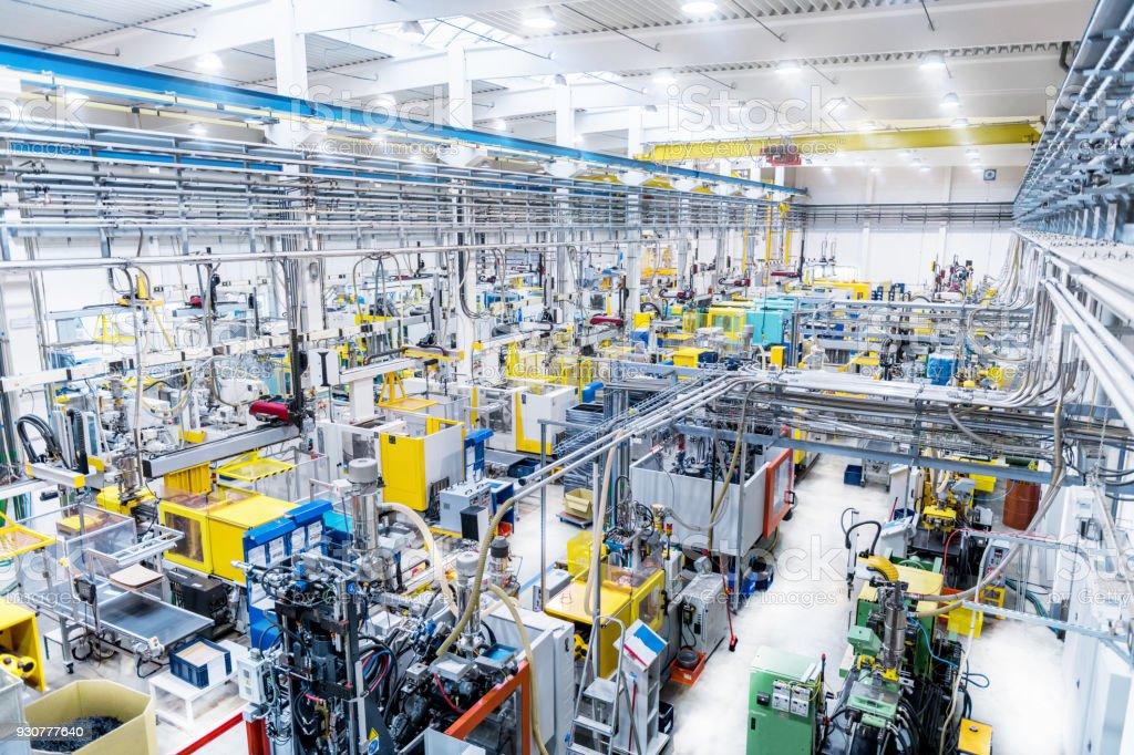 Futuristische automatisierte Fabrik & moderne Roboter-Maschinen – Foto