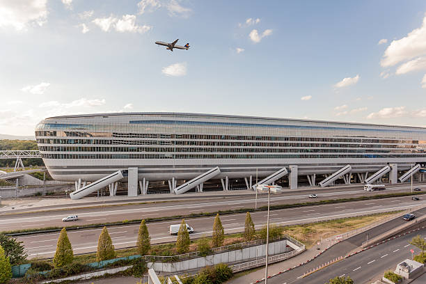 futuristic building at the frankfurt airport - luchthaven frankfurt am main stockfoto's en -beelden