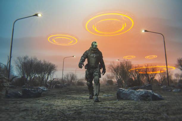 futuristische cyborg lopen in de woestijn met vliegende ufo 's - buitenaards wezen stockfoto's en -beelden