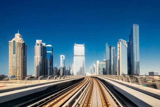futuristische metro, geschwindigkeit bewegung in dubai, vereinigte arabische emirate - sheikh zayed road stock-fotos und bilder