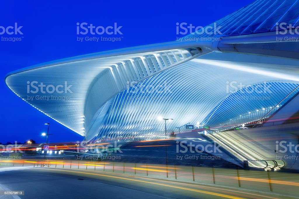 Futuristic Railway Station Building Illuminated at Night​​​ foto