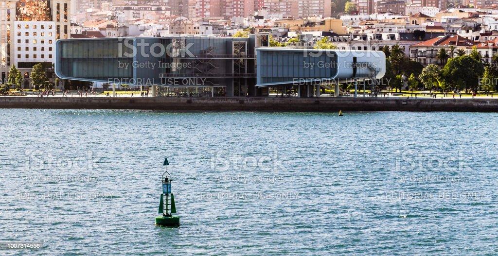 Forma futurista de centro de exposiciones del Centro botín en el puerto de Santander, España - foto de stock