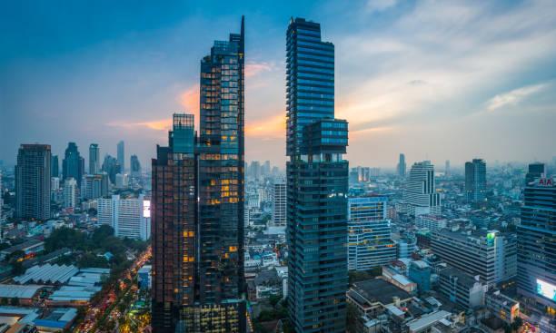 Futuristisches Wolkenkratzer-Stadtbild bei Sonnenuntergang Bangkok Hochturm Panorama Thailand – Foto
