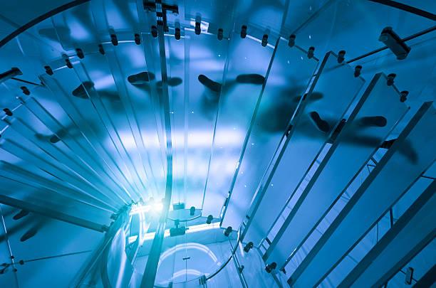 Futuristische Treppe mit Pendler-silhouette – Foto