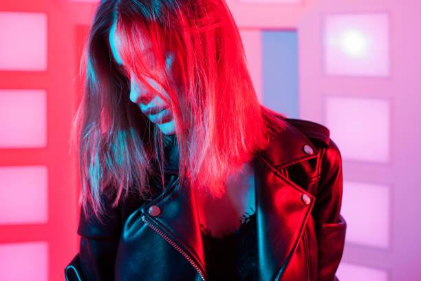 Retrato de estilo futurista en luz azul y púrpura. - foto de stock