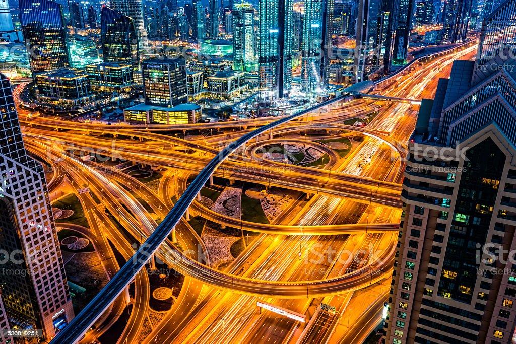 Futuristische Kreuzung in Dubai, Vereinigte Arabische Emirate - Lizenzfrei Abenddämmerung Stock-Foto
