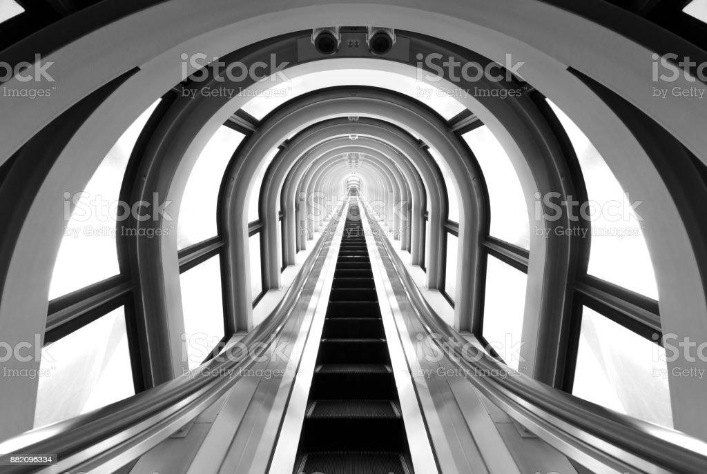 Futuristische Tunnel und Rolltreppe – Foto