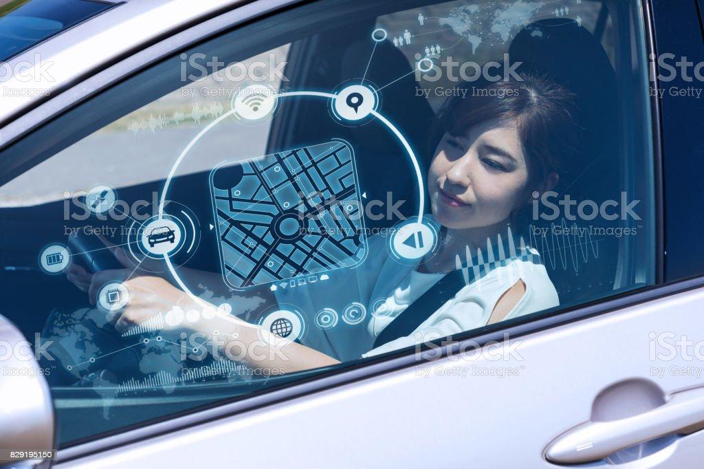 futuristiska fordon och grafiskt interface(GUI). Intelligent bil. uppkopplade bil. Sakernas Internet. Heads up-display(HUD). bildbanksfoto