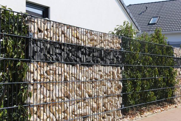 Zaunmauer in Gabion – Foto