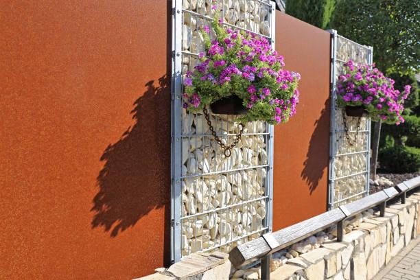 Gabione Zaun Mauer mit Blumen – Foto