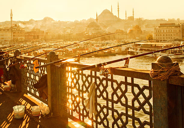 galata bridge in istanbul, turkey - eminonu district stockfoto's en -beelden
