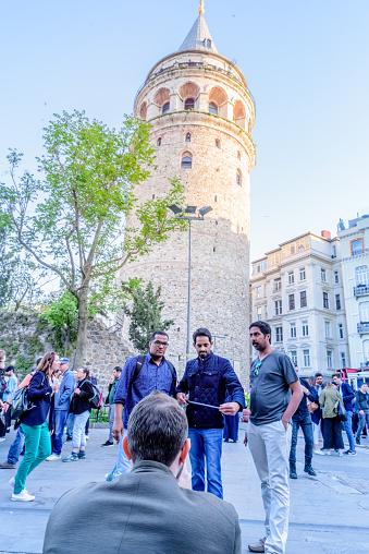 Galata Tower Een Middeleeuwse Steen Toren In Istanboel Turkije Stockfoto en meer beelden van Antiek - Toestand