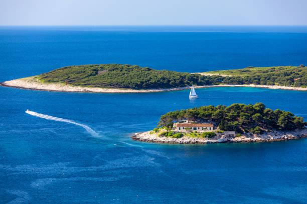 Die Insel Galesnik ist die erste in Folge aller Pakleni-Inseln. Von dieser kleinen Insel hat man den schönsten Blick auf die Stadt Hvar. – Foto