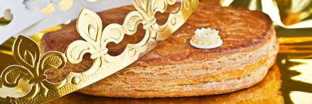 galette des rois, gâteau de français avec une couronne d'or - galette des rois photos et images de collection