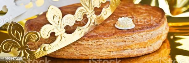Galette Des Rois French Kingcake With A Golden Crown - Fotografias de stock e mais imagens de Assado no Forno