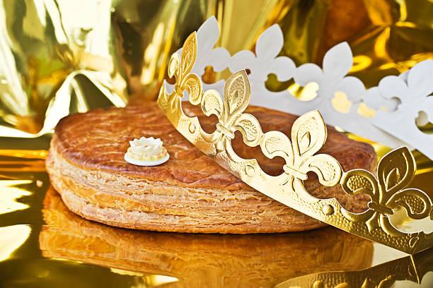 galette des rois, français kingcake avec une couronne dorée - galette des rois photos et images de collection