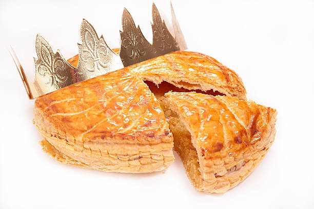 galette des rois ou gâteau de l'épiphanie - galette des rois photos et images de collection