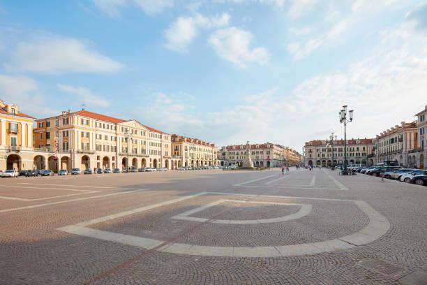 Plaza Galimberti, vista de gran angular en un día soleado de verano, cielo azul en Cuneo, Italia - foto de stock