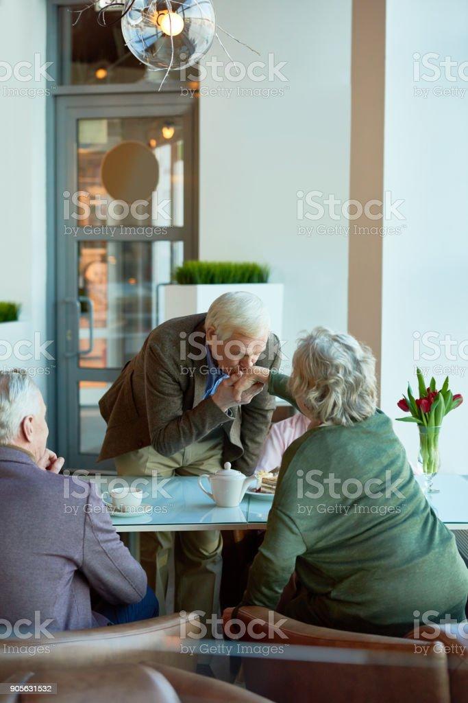 Valiente hombre senior mujeres mano - foto de stock