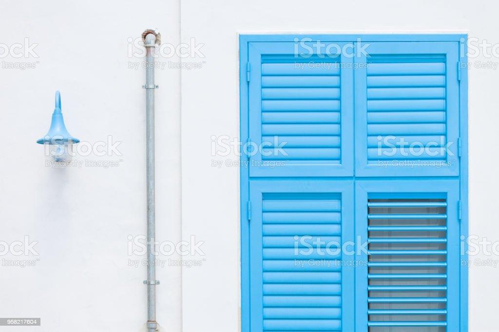 Gallipoli, Apulien - Design durch eine Laterne, ein Regenwasser-Rohr und einem traditionellen Fenster – Foto