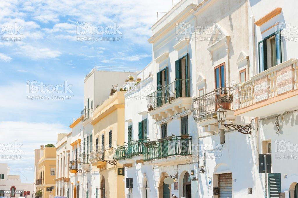 Gallipoli, Apulien - applying Fassaden mit Balkon in einer wunderschönen Gasse – Foto