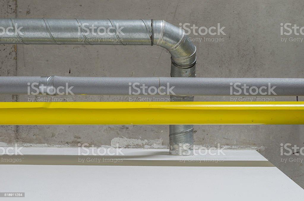 Galvanizado, gris, amarillo y tuberías, ventilación, sistema de gas y agua - foto de stock