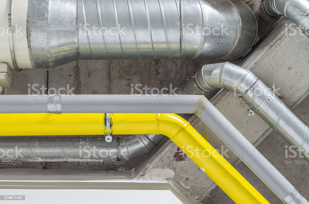 Galvanizado, gris, amarillo y tubos, ventilación, agua, gas sistema - foto de stock
