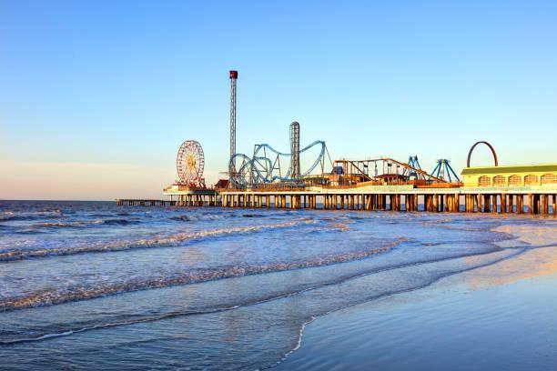 galveston island historic pleasure pier - golfküstenstaaten stock-fotos und bilder