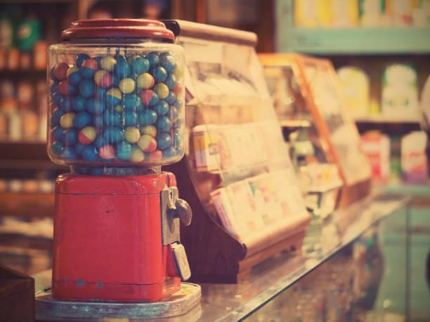 vintage sakız makinesi cam sayaç bakkal, vintage filtre efekti üzerinde yumurta kumar - sakız şekerleme stok fotoğraflar ve resimler