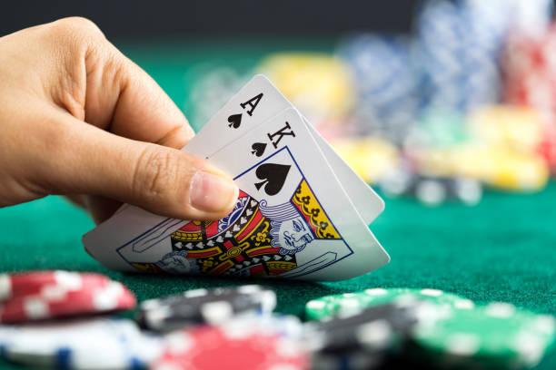 gambling handen håller poker kort och pengar mynt chips - black jack bildbanksfoton och bilder