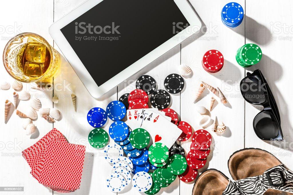 Juegos De Azar Fichas De Poker Cartas Y Los Dados Cerca De Tablet En