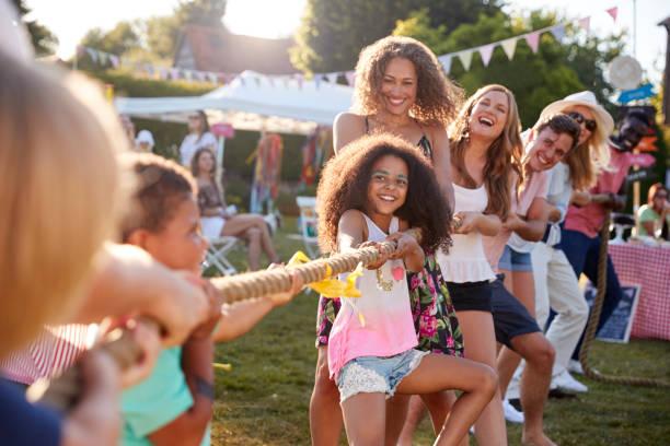 spel van touwtrekken op zomertuin fete - plezier stockfoto's en -beelden