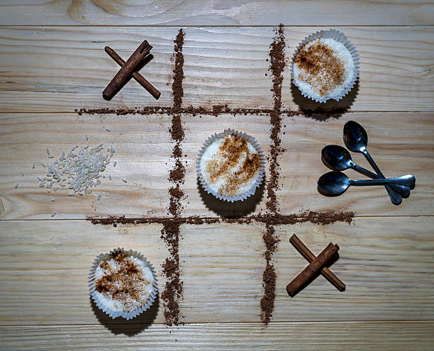 xo game rice pudding vs. cinnamon sticks - zimt vorteile stock-fotos und bilder