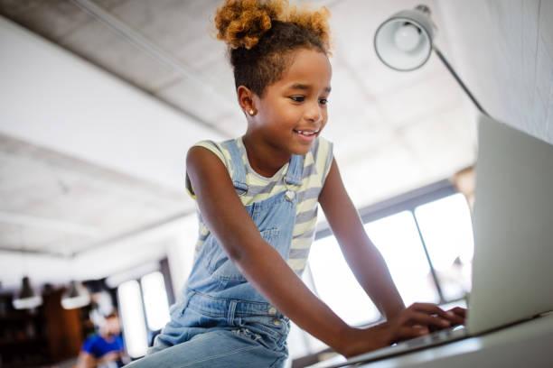 Spiel, Studie, Spaß Konzept. Glückliche Kinder verbringen Zeit mit Notebook und moderner Technik. – Foto
