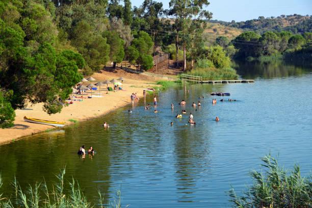 gameiro river beach - cabeção, mora, alentejo, portugal - fotos de barragem portugal imagens e fotografias de stock