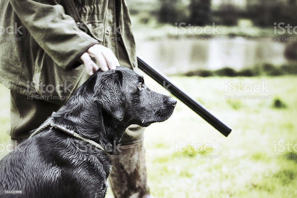 Guardabosque con su perro - foto de stock